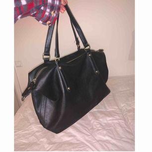 Säljer denna äkta DonDonna väska i färgen svart med gulddetaljer! Nypris 500kr säljer för 200kr. Är i bra skick och sparsamt använd! 200kr ink frakt eller möts i Stockholm. DM för yttligare bilder samt intresse!