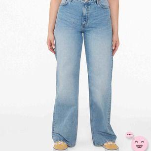 säljer dessa Wide leg jeans från monki i modellen Yoko mid Blue eftersom dem var förstora på mig i midjan! endast använd 1 gång och sprillans nya eftersom jag nyss beställde hem dem men blev missnöjd. jag är 176 lång och dem är perfekt i längden!
