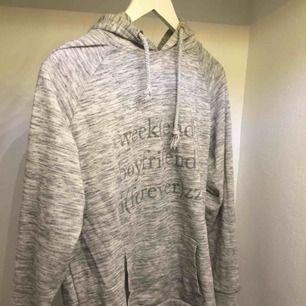 Så mysig hoodie! Väldigt sparsamt använd. Skriv för mer bilder eller frågor :)