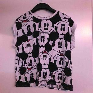 Musse t-shirt från new yorker, knappt använd, storlek M. kan mötas upp i växjö/alvesta annars betalar köparen frakt.