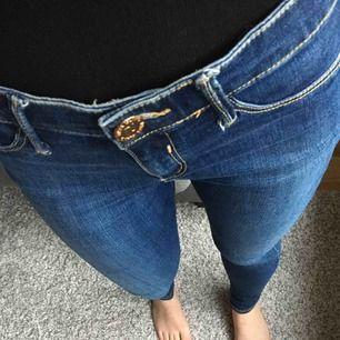 Välbevarade mörkblå jeans i skinny modell. Älskar tvätten/färgen på dessa, men tyvärr så passar de mig inte längre. UK-storlek. Nypris ca 500 kr