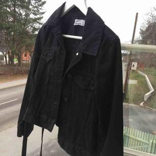 Skitsnygg jeansjacka med snörning i sidorna! Helt i nyskick, knappt använd. Skriv för bilder på eller frågor :)