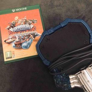 Skylanders Superchargers är ett mycket spännande och roligt spel som är ett av de nyare spelen i Skylanders Serien. Det ingår även en portal till spelet och figurer finns att köpa till för 15kr styck. Frakten kostar 29kr. Köp nu pris: 109kr