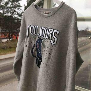 Jättecool sweatshirt med häftigt broderat tryck! Sparsamt använd! Skriv för bilder på eller frågor :)