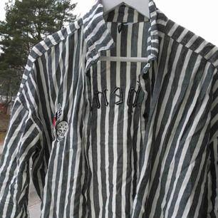 Jättefin skjorta med tygtryck! Helt i nyskick. Skriv för bilder på eller frågor :)