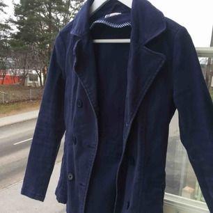 Fin blå jacka! Helt oanvänd. Kontakta för bilder på eller frågor :)
