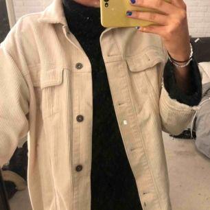 Säljer min Manchester jacka från Zara i storlek xs. Den passar mig som brukar köpa jackor i M. Helt nyskick 😁