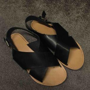 Jättefina sandaler! I nyskick. Kontakta för bilder på eller frågor :)