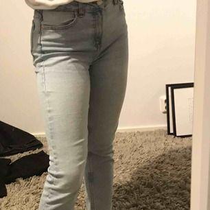 Ett par fina ljusblåa jeans från Bershka! Är använda så är i normalt skick, sitter väldigt bra på mig som är 167 och en vanlig XS/S😊 Säljer för 75kr + frakt!
