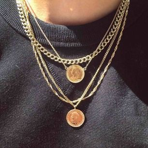 Guldigt kejde halsband som är jätte trendigt just nu. Använd 1 gång köptes förra måndaden❤️