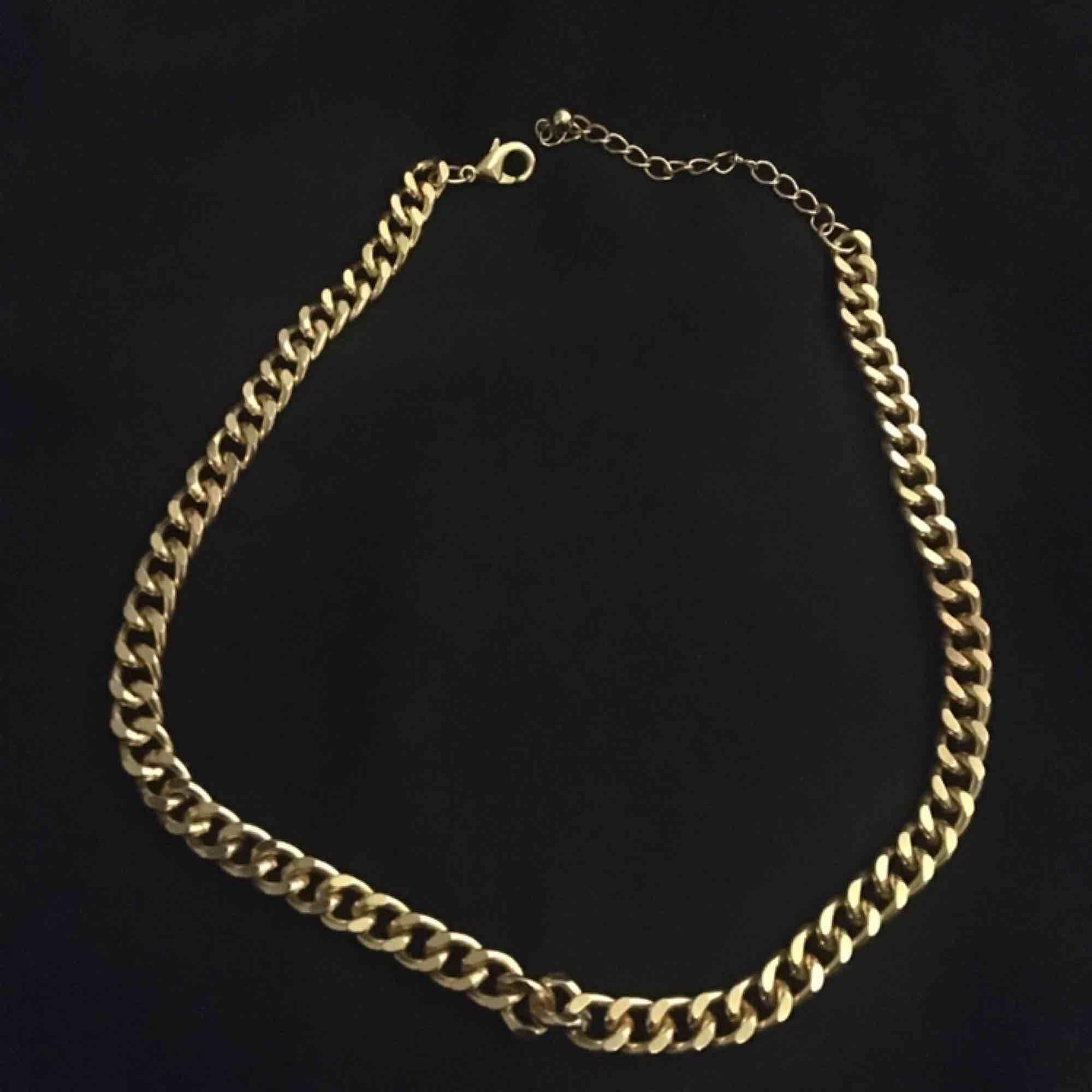 Guldigt kejde halsband som är jätte trendigt just nu. Använd 1 gång köptes förra måndaden❤️. Accessoarer.
