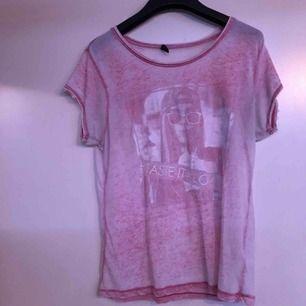 t-shirt från New yorker, storlek M och knappt använda. trycket har försvunnit en del. kan mötas upp i växjö/alvesta annars betalar köparen frakt.