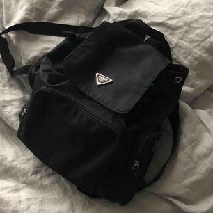 Fake Prada ryggsäck i svart nylon, använd men i fint skick.