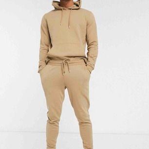 Hej De ingår både byxor och hoodie för 350. Nice att gymma i och mysa o softa runt i. Jag har aldrig använt den, bara prövat den och den va lite för liten.  200/st om man bara vill ha hoodie/byxor