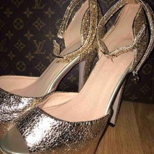 BUD! Skit snygga guldiga skor! De är otroligt fina och höga! Helt oanvända, fler bilder finns