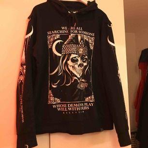 Asball hoodie från killstar som är använd ca 2 gånger, nypris 599kr🌟