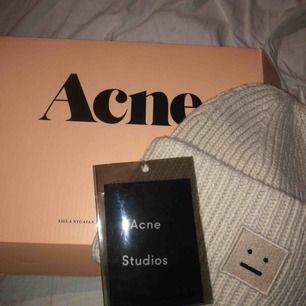 Helt ny acne mössa beige. Köpt av en annan på plick och säljer pga för stor för mig