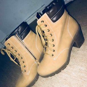 Helt nya as snygga skor man får 2 stycken sulor till så dem e bekväma o gå i!!