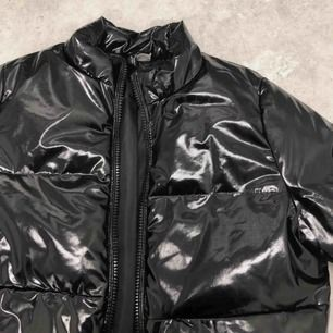 (inte mina bilder) slutsåld jacka från H&M, frakt 63kr  säljer denna jacka jag köpte av en annan tjej här på plick, säljer vidare för insåg att det inte var min sil, super fin, är precis som ny!