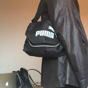 Sjukt snygg och rymlig svart pumaväska. Går att använda som one shoulder bag eller crossbody bag! Inköpt second hand från Humana och i mycket bra skick! Möts i Stockholm eller fraktar