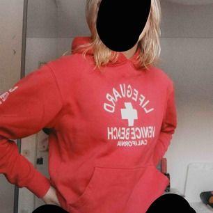 Lifeguard Hoodie köpt i Los Angeles på venice beach Säljer den pga att den har blivit för liten:(  Storlek XS Frakten ingår inte i priset🥰
