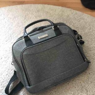 """Snygg stilren axelväska från classic air, bak på väska finns en """"hake eller nåt så man kan sätta fats den på en ex resväska....rymmer mycket"""