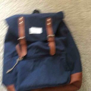 Ryggsäck i marinblått, ena remmen som man har över axeln har lossnat men gå jätte lätt att sy fas😊😊