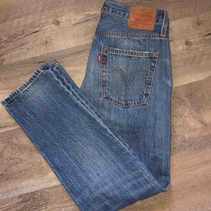 Levis jeans äkta💗 Vet inte riktigt exakta original priset men någonstans runt 900kr🥰 Storlek 27 ( tror jag ) Säljes pga för stora:( Pris kan diskuteras ❤️ Frakten står jag inte för 😊