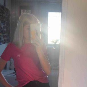 En rosa T-shirt från h&m men ett kvinnotecken 💗 Storlek xs Säljes pga för liten🥺 Pris kan diskuteras :) Frakten står jag inte för