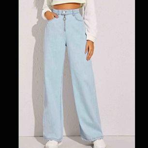 Beställde de här byxorna men de blev för långa för mig. If man tänker köpa de så måste man vara 165 för att de ska passa bra. Obs har bara provat de hemma är ej använda alls.