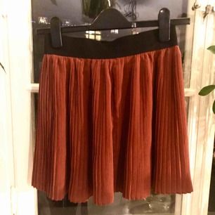 Tom Tailor pleated skirt in rust-red with an elastic black waistband in XS (34).