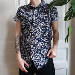 ⌚ mörkblå mönstrad skjorta från Forever21⌚ använd fåtal gånger⌚ 50 kr + 44 kr frakt