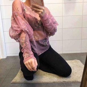 aldrig använd tröja från Zara, står ingen strl men den känns som en medium. Jättefin rosa blus med blommor som förtjänas att komma till användning