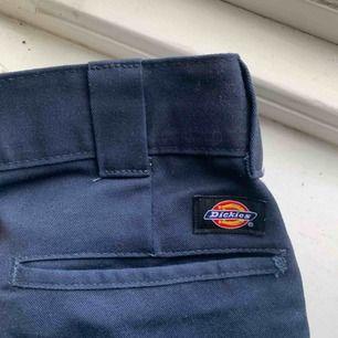 Mörkblå dickiesjeans i väldigt bra skick, sparsamt använda. Vida ben. Plus frakt!!