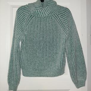 Skitskön stor grön och vit ribbad tröja. Stor poloneck. Använd men ser ok ut att använda. Stickad och ganska tjock.  Köpare står för frakten Samfraktar med andra varor så kika in de.