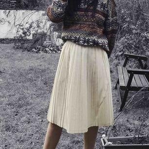 Plisserad vintage kjol, så fin😍 Gräddvit färg, ett litet noppigt område men inget som märks när den sitter på då den är plisserad och i övrigt så fint skick! 45% ull