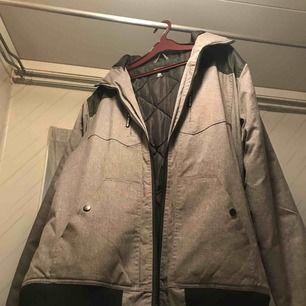 tjock vinterjacka i storlek XL, inte använd på många år. kan mötas upp i växjö/ alvesta annars betalar köparen frakt