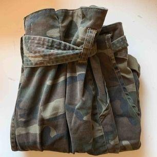 PRIS INKL FRAKT! Jätte snygga och coola byxor!  Militär mönstrade och materialet är väldigt skönt.  Storlek 40 och tyvärr för stora för mig :( Mycket bra skick - aldrig använda förutom provning!