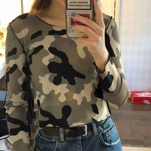 """Camouflage tröja från Humana som är aldrig använd i """"träningstights material"""". Super stretchig. 100kr + frakt 💖"""