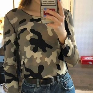 """Camouflage tröja från Humana som är aldrig använd i """"träningstights material"""". Super stretchig. 60kr + frakt 💖"""