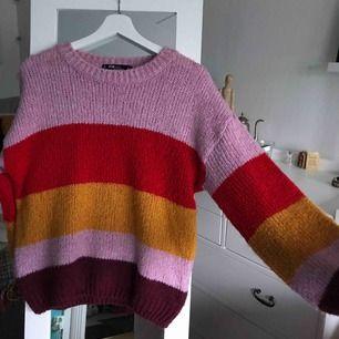 Mysig Randig stickad tröja från newyorker, använd ett fåtal gånger!  Köparen står för frakten!