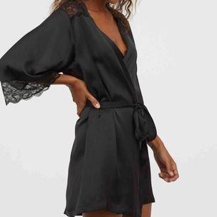 Säljer den populära morgonrocken (kimono) från H&M i svart satin. Den är i storlek S, och är den på bilden förutom att denna inte har spets som detaljer.  Nypris: 249kr Mitt pris: 60kr
