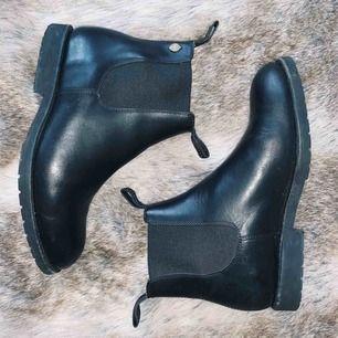 Snygga boots från Novita. Endast använda ett fåtal gånger pga storleken var något liten för mig. Nypris 2400kr!