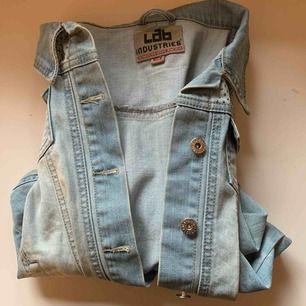 Snygg jeans jacka med paljetter!  Säljs pga att den ej kommer till användning.  Mycket bra skick :)