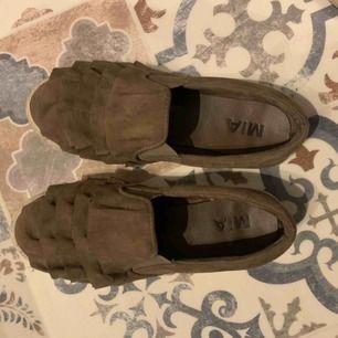 Skor från MIA men volanger uppepå, mocka/brun färg. Mjuka och sköna, inget skoskav!!