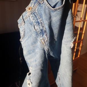Välanvända jeans med hål på knäna. Högmidjade, typ till naveln och kortare modell. Går till över ankeln på mig som är 170cm.