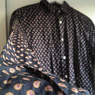 Mörkblå paisley-skjorta i 100% bomull.  (っ◔◡◔)っ MÅTT: Byst: 50cm Längd: 76cm Ärm: 67cm