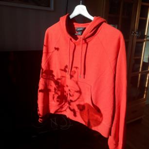 Oanvänd hoodie från Monki.