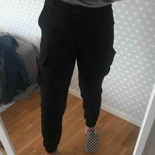 Ett par svarta snygga byxor från Bershka fickor på sidorna. Det är ett mjukt och lite mer stretchig material. Använder dem alldeles för lite. Frakt 40kr💕