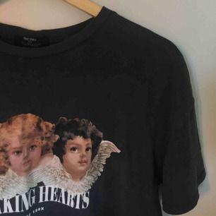 En fin t-shirt med ängel motiv i jätte bra skick, köpt på bershka <3 Om frakt önskas tillkommer pris för det men annars möts vi upp i stockholm vid köp😚